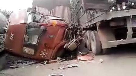 货车相撞,挤掉福田欧曼ETX重卡驾驶室,现场十分惨烈!