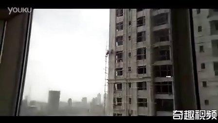 印度民工开挂无安全措施万米高空作业...