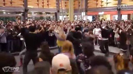 快闪一族突袭热闹购物广场【囧联盟】
