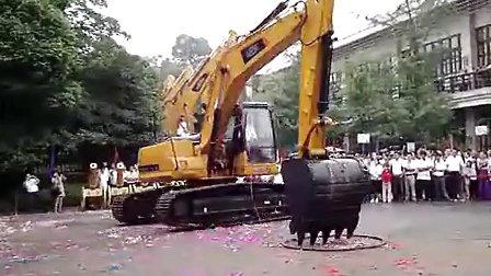 雷沃挖掘机飘移表演