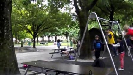 日内瓦大学里儿童玩耍