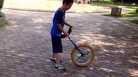 独轮车 独轮车学习 小老虎华夏公园踢上车侧下车(2014-08-03)