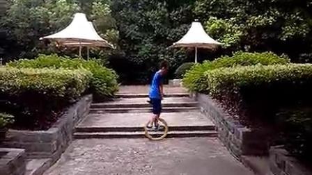 独轮车 独轮车学习 小老虎华夏公园上台阶练习(2014-08-03)