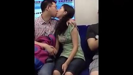 北京地铁2号线男女情侣上演激情舌吻