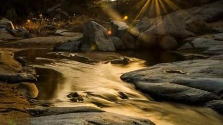 溪水从脚边流过