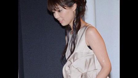 95后日本国民美少女穿短裙 优雅捂嘴自认女优