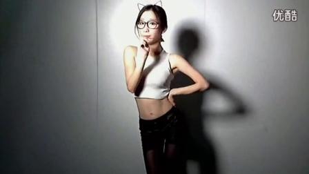 美女主播郭mini140606小黑屋热舞第四段