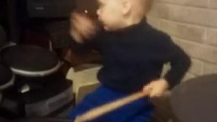碉堡了!2岁熊孩子打架子鼓