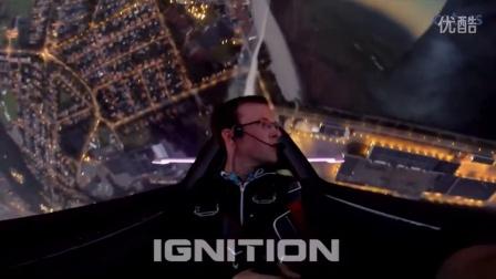 实拍飞行员驾滑翔机进行绝美烟花表演
