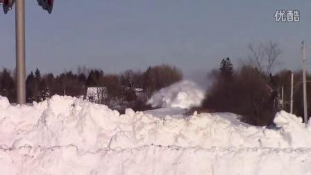看火车开过被积雪覆盖的铁轨好过瘾