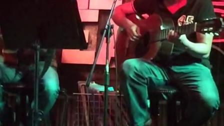 卢佩宁拍摄两个老师弹唱