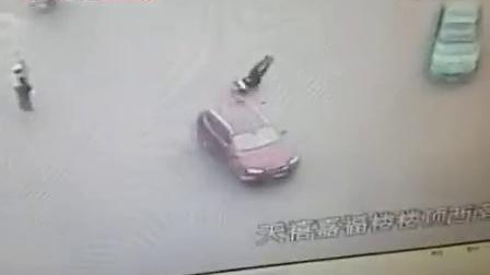 宝马撞倒交警拖行近10米 32岁交警牺牲 驾驶员被刑拘