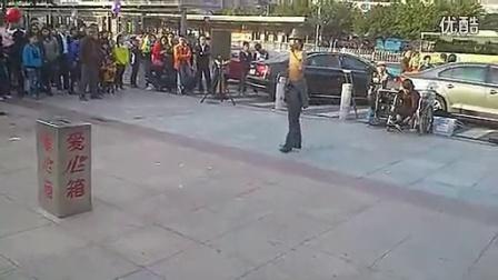 街头乞丐阿龙流浪歌手