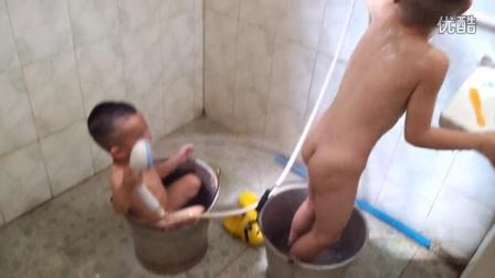 俩兄弟洗澡1
