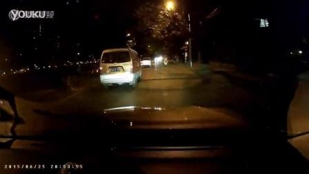 实拍电动车醉鬼在马路上撞车