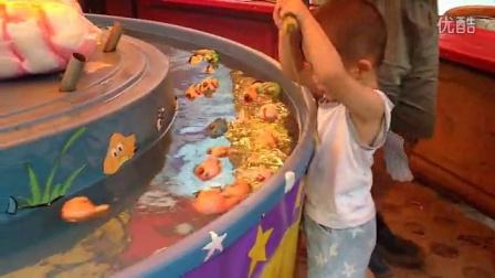 宝贝第一次玩泡泡 钓鱼游戏