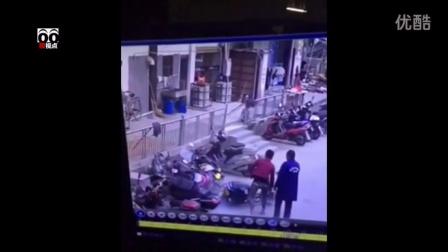 【搜视点】小伙骑电动车撞车又撞人 这智商基本告别电动车了