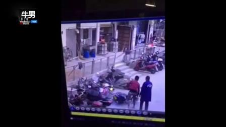 小伙骑电动车撞车又撞人 这智商基本告别电动车了