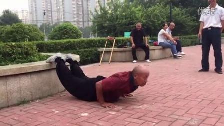 六十八岁老人的俯卧撑