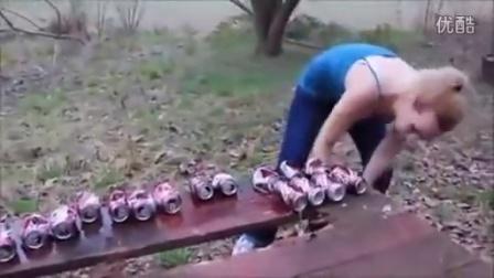 妹子表演胸砸啤酒罐