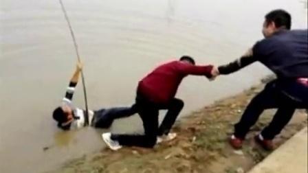 超火的遛88斤鲟鱼视频_人下水竿断掉鱼仍上岸
