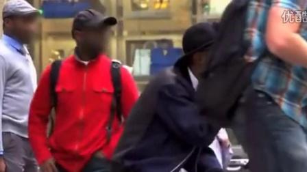 街头恶作剧视频 金刚芭比徒手抬起违规小车