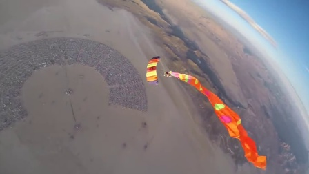 早安!阳光中燃烧的飞人!Burning Man Skydive by Douggs
