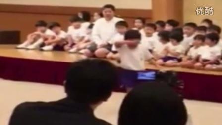好感人!日本小盆友跳马一再失败,最后在同学们的集气鼓励后神奇跳过