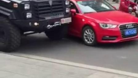 奥迪强行变道撞警车 特警提枪警戒吓坏司机