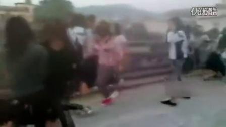 【搏击视频】实拍中学女学生群殴打架男生起哄_标清(1)