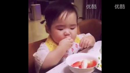 全世界吃饭最香的小孩小蛮萌翻吃玉米