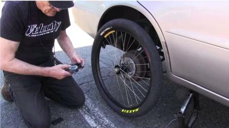 脑洞开得太大了!给汽车装了个自行车轮胎