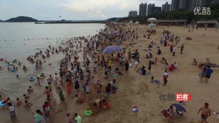 【拍客】广东高温  万人扎堆海滩戏水纳凉壮观现场