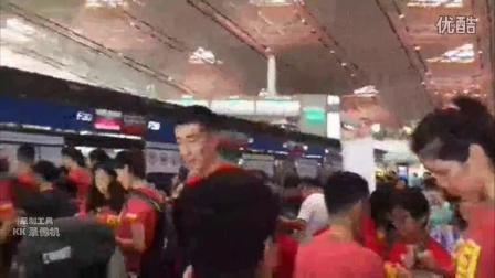 【临时自截】凤凰体育直播中国女排出征里约奥运送机