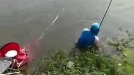 惊险!八十斤大青鱼将钓鱼人拉入水库
