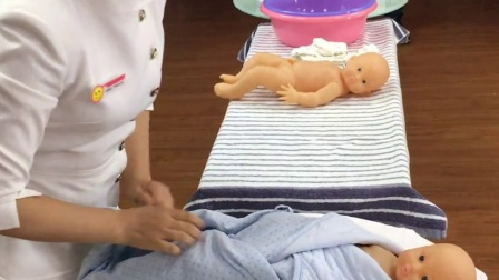 新生儿洗澡时的包裹方法