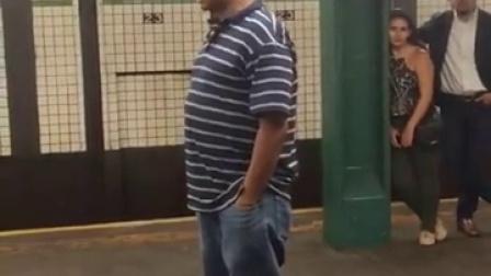 国外地铁上唱歌超屌的老外