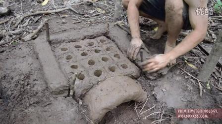 实拍牛人野外用泥做瓦片