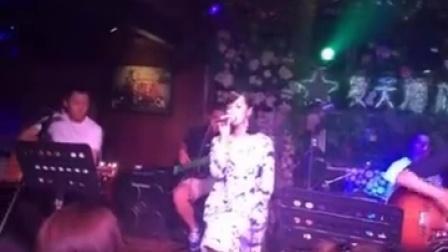 美女夏夏在酒吧唱最新单曲阳光旅行