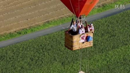 惊险!空中热气球摇摆