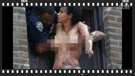 女子赤身跳楼被卡住 裸露三点尴尬万分 警察咸猪手乱摸一通