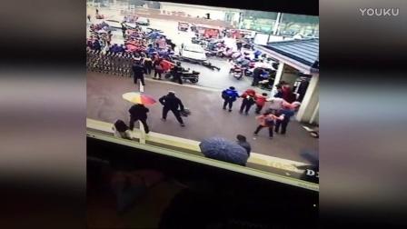 监控:女司机开车直冲小学门口 撞飞三人