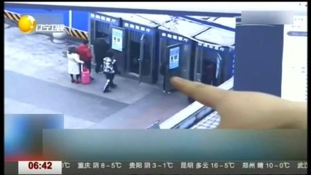 女子车站取票被偷 小伙路见不平一声吼擒住小偷 第一时间 20170112 高清版