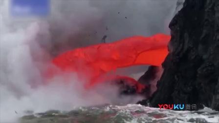 实拍火山岩浆喷涌流入大海 游客几米外拍照围观