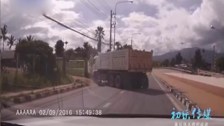 惊险!泰女子骑摩托车被卷入货车车底万幸逃生