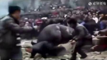 贵州斗牛现场失控 突然变成了牛斗人