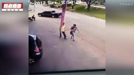 监拍轮胎失控暴走  将过路行人砸晕倒地