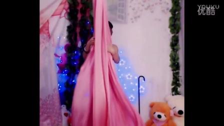 美女自拍绸缎钢管延伸热舞视频