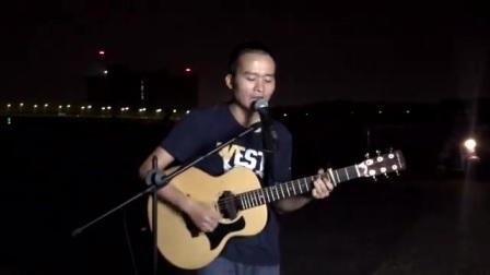 小伙街头吉他弹唱《那些年》引人回忆那些的感动!