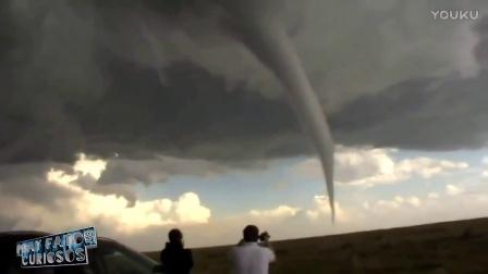 手机拍到的真实龙卷风灾难录像!坦克都能卷上天!